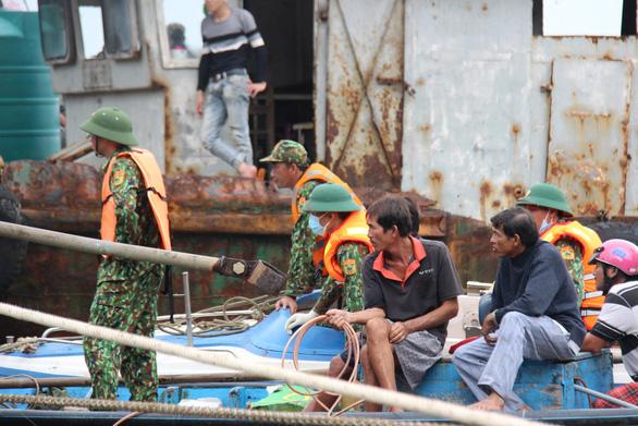 Ngâm mình tìm thi thể người con trong vụ chìm tàu ở Quảng Nam - Ảnh 6.