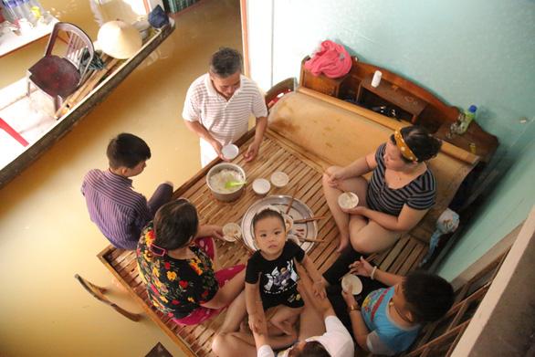 Sống trên đỉnh lũ: 6 ngày nhai mì tôm sống, 7 người co cụm trên 1 chiếc giường - Ảnh 2.