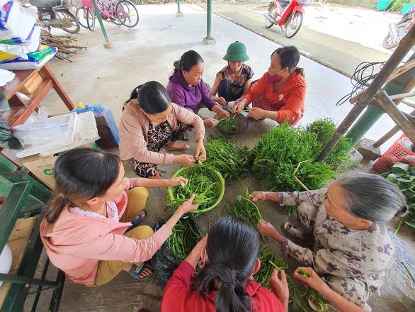 Người dân góp gạo, gà vịt nấu cơm cho lực lượng cứu hộ thủy điện Rào Trăng 3 - Ảnh 2.