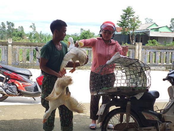 Người dân góp gạo, gà vịt nấu cơm cho lực lượng cứu hộ thủy điện Rào Trăng 3 - Ảnh 4.