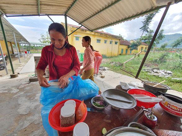 Người dân góp gạo, gà vịt nấu cơm cho lực lượng cứu hộ thủy điện Rào Trăng 3 - Ảnh 3.