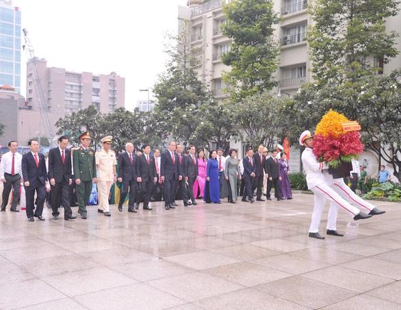 Đại biểu dự Đại hội Đảng bộ TP.HCM dâng hoa tưởng niệm Bác Hồ và anh hùng liệt sĩ - Ảnh 2.