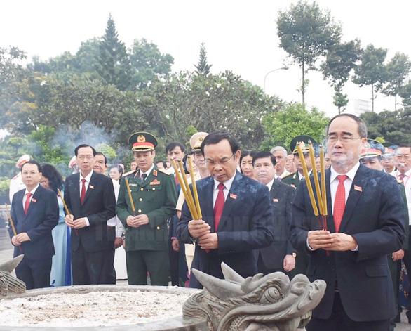 Đại biểu dự Đại hội Đảng bộ TP.HCM dâng hoa tưởng niệm Bác Hồ và anh hùng liệt sĩ - Ảnh 1.