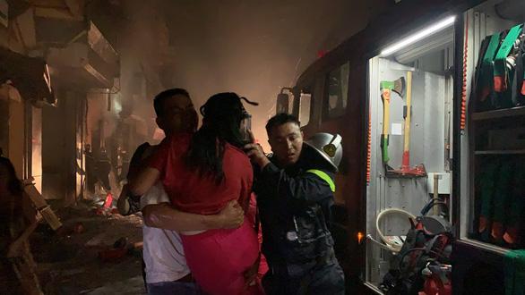 Cứu 5 người kẹt trong cửa hàng kinh doanh gas bị cháy - Ảnh 1.
