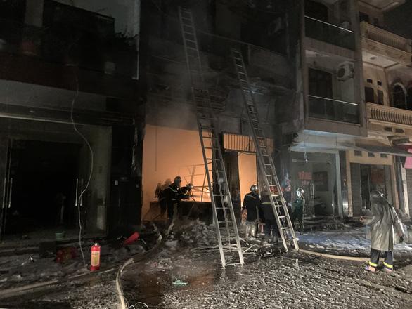 Cứu 5 người kẹt trong cửa hàng kinh doanh gas bị cháy - Ảnh 3.