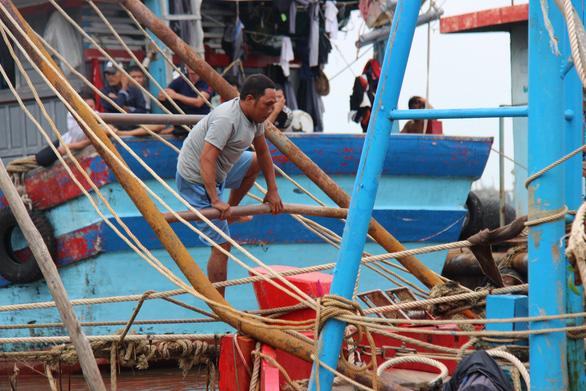 Ngâm mình tìm thi thể người con trong vụ chìm tàu ở Quảng Nam - Ảnh 4.