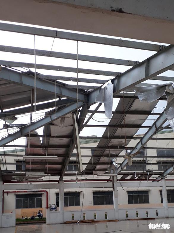 Lốc xoáy càn quét công ty may, mái tôn bay như trong phim - Ảnh 6.