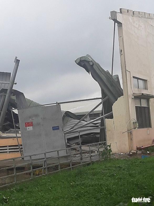 Lốc xoáy càn quét công ty may, mái tôn bay như trong phim - Ảnh 7.