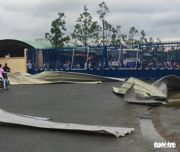 Lốc xoáy càn quét công ty may, mái tôn bay như trong phim - Ảnh 5.