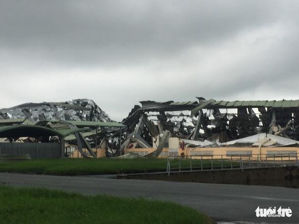 Lốc xoáy càn quét công ty may, mái tôn bay như trong phim - Ảnh 3.
