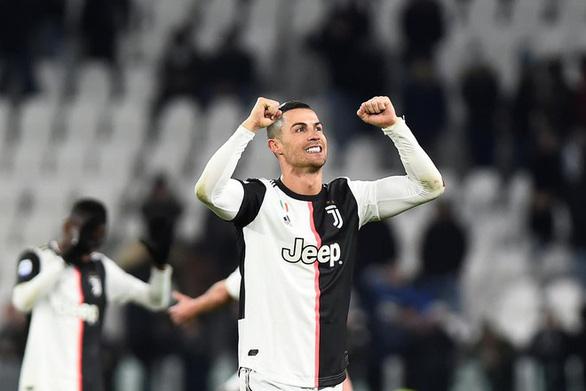 Ronaldo chuyển đến Turin cách ly bằng... máy bay cứu thương - Ảnh 1.