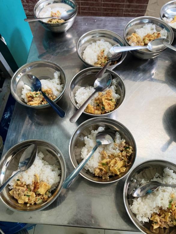 Trường bị tố bớt xén thức ăn thông báo tạm ngưng bếp ăn bán trú - Ảnh 2.