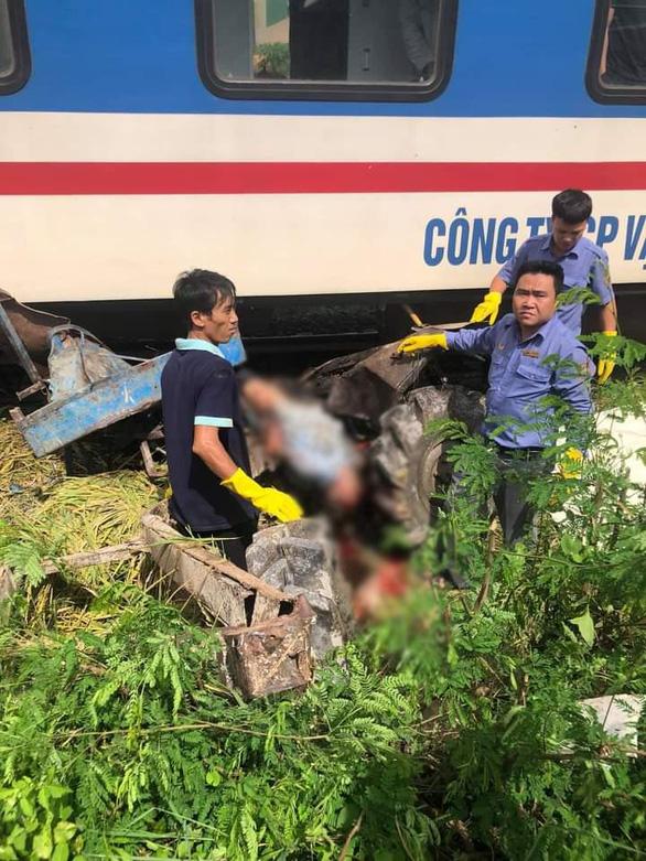 Băng qua đường ray, xe công nông bị tàu hỏa tông văng 10m - Ảnh 1.