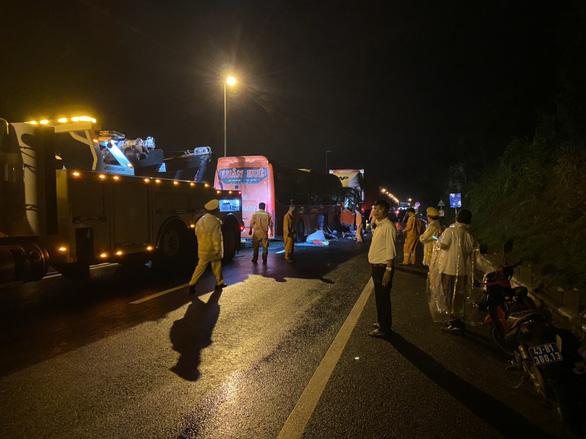 Xe đầu kéo và xe khách tông thẳng mặt nhau, 2 người chết, nhiều người bị thương - Ảnh 3.
