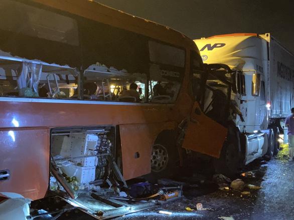 Xe đầu kéo và xe khách tông thẳng mặt nhau, 2 người chết, nhiều người bị thương - Ảnh 1.