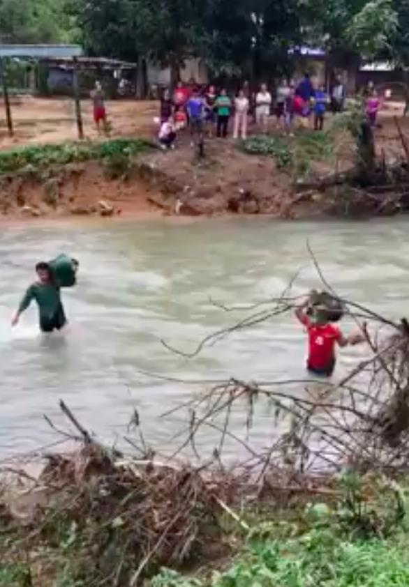 Thót tim cảnh bộ đội vượt nước xiết vào cứu dân - Ảnh 2.