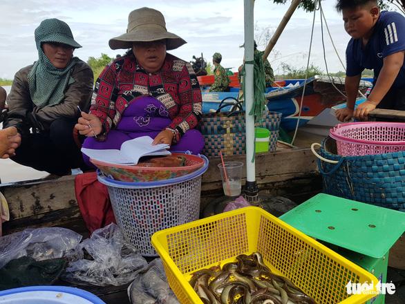 Lũ đầu nguồn ĐBSCL lên trở lại, mang theo nhiều cá tôm - Ảnh 4.