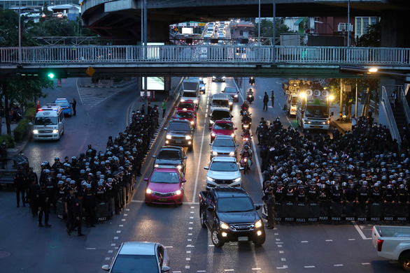Người biểu tình đòi thủ tướng từ chức, Thái Lan ban sắc lệnh khẩn cấp - Ảnh 1.
