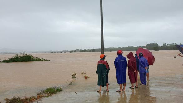 Khẩn cấp cứu 2 người mắc kẹt trên cồn nổi giữa sông Hiếu vì nước lên quá nhanh - Ảnh 1.