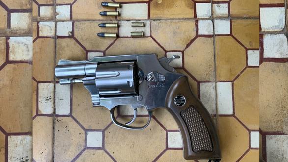Khởi tố thanh niên nổ 2 phát súng trong lúc đòi nợ - Ảnh 2.