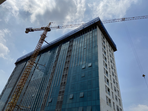 Đã cắt xong ngọn tầng 18 tòa nhà 8B Lê Trực - Ảnh 1.