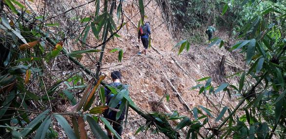 Bộ đội cõng mì chính, mắm muối vào ngôi làng mất tích - Ảnh 1.
