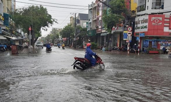 Cà Mau: 2 huyện cho học sinh nghỉ học vì đường bị ngập kéo dài - Ảnh 1.