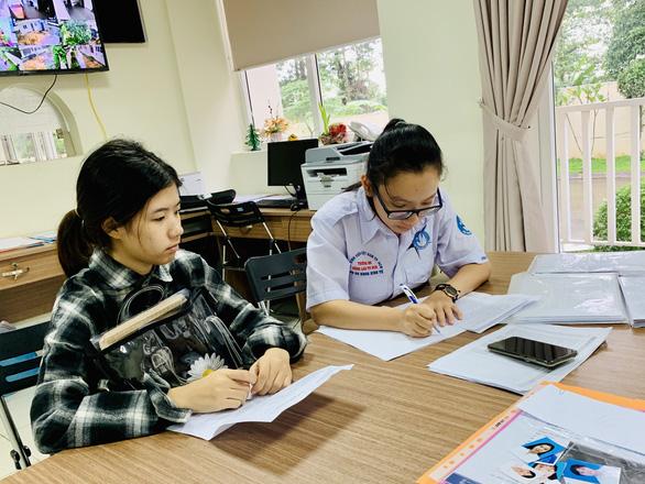 116 tân sinh viên khó khăn được ký túc xá Cỏ May giúp đỡ - Ảnh 1.