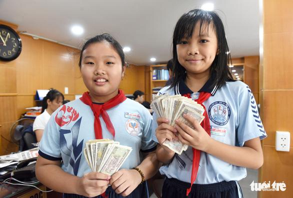 Học sinh nhịn ăn sáng, trích tiền tiết kiệm ủng hộ miền Trung - Ảnh 1.