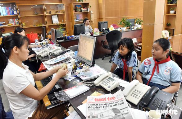 Học sinh nhịn ăn sáng, trích tiền tiết kiệm ủng hộ miền Trung - Ảnh 2.