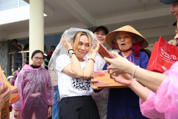 Thủy Tiên đi Huế, Quảng Trị, Mỹ Tâm về Quảng Nam, Trấn Thành 1 ngày quyên được 3,2 tỉ - Ảnh 1.