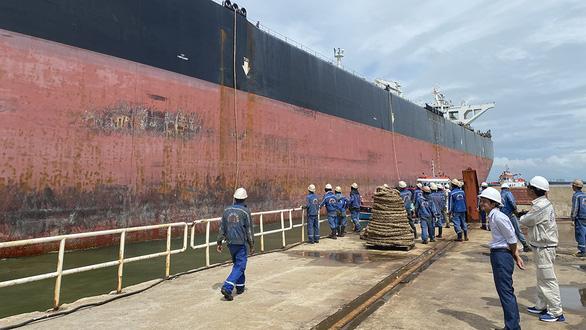 Giải phẫu thẩm mỹ cho tàu dầu to hơn tàu sân bay - Ảnh 1.