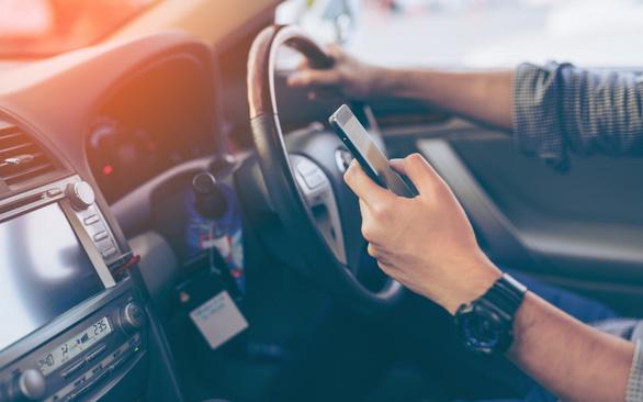 Anh cấm tiệt xài điện thoại di động khi lái xe - Ảnh 1.