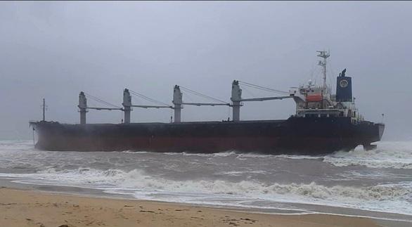 Đang tìm cách cứu tàu hàng cùng 20 người mắc cạn khi tránh bão - Ảnh 1.