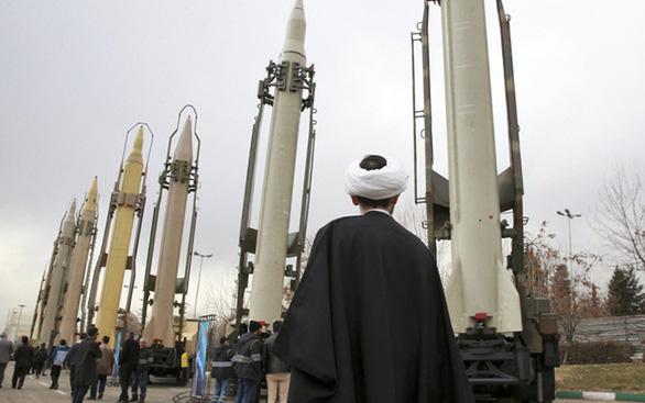 Lệnh cấm mua bán vũ khí quốc tế hết hạn, Iran nói đó là chiến thắng - Ảnh 1.
