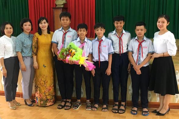 Khen thưởng học sinh lớp 8 trả lại ví tiền cho người làm vườn thuê - Ảnh 2.