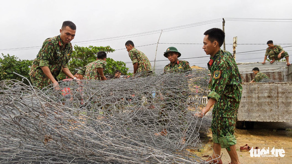 Tập kết hàng trăm tấm lưới thép mở đường vào Rào Trăng 3 - Ảnh 2.