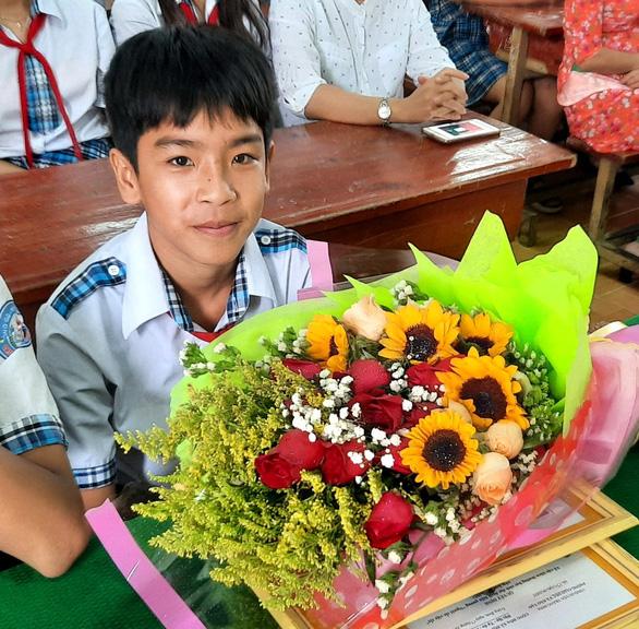 Khen thưởng học sinh lớp 8 trả lại ví tiền cho người làm vườn thuê - Ảnh 1.