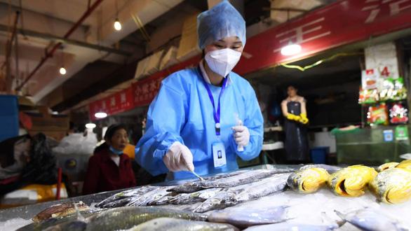 Trung Quốc nói virus corona trên bao bì thực phẩm đông lạnh có thể lây nhiễm - Ảnh 1.