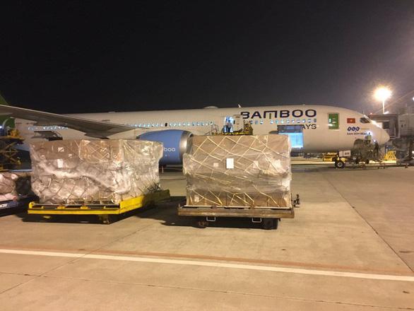 Các hãng hàng không Việt Nam đồng loạt nhận chuyển hàng cứu trợ ra miền Trung miễn phí - Ảnh 1.