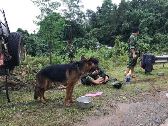 Sạt lở núi vùi lấp 22 cán bộ chiến sĩ ở Quảng Trị: Khẩn cấp tìm kiếm 18 người còn lại - Ảnh 4.