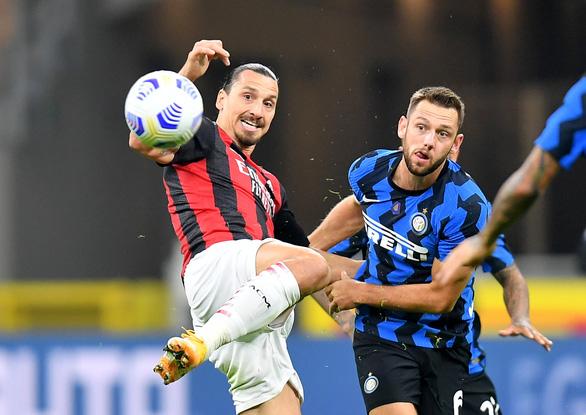 Trở lại sau khi mắc COVID-19, Ibrahimovic lập cú đúp giúp AC Milan thắng trận derby Milan - Ảnh 1.