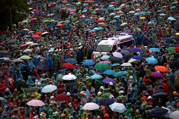 Hàng chục ngàn người Thái đội mưa biểu tình, bất chấp lệnh cấm - Ảnh 2.