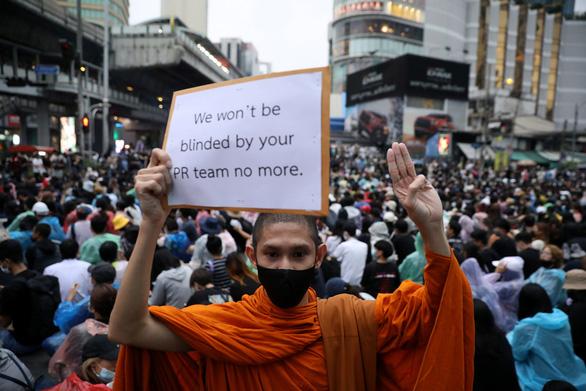Hàng chục ngàn người Thái đội mưa biểu tình, bất chấp lệnh cấm - Ảnh 1.