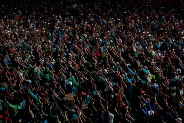 Hàng chục ngàn người Thái đội mưa biểu tình, bất chấp lệnh cấm - Ảnh 3.