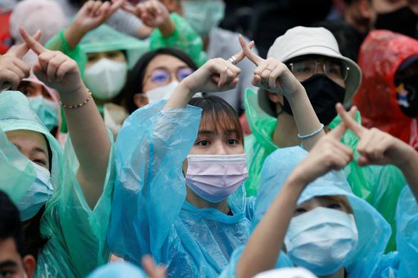 Hàng chục ngàn người Thái đội mưa biểu tình, bất chấp lệnh cấm - Ảnh 4.