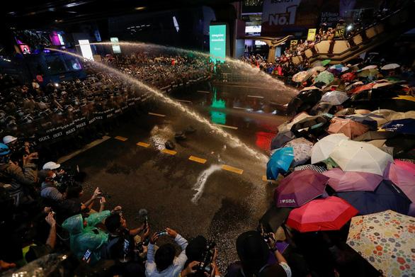 Hàng chục ngàn người Thái đội mưa biểu tình, bất chấp lệnh cấm - Ảnh 9.