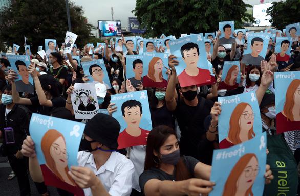 Hàng chục ngàn người Thái đội mưa biểu tình, bất chấp lệnh cấm - Ảnh 5.