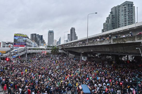 Hàng chục ngàn người Thái đội mưa biểu tình, bất chấp lệnh cấm - Ảnh 6.