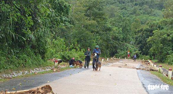 Sạt lở núi vùi lấp 22 cán bộ chiến sĩ: Đã tìm thấy 10 thi thể, đề nghị dùng trực thăng cứu nạn - Ảnh 10.